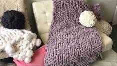 Hermosa manta tejida a mano hecha por BeCozi, teje una manta diferente en una puntada que se ve mucho en ganchillo, tunecino o dos agujas pero ahora l Chenille Blanket, Chunky Blanket, Knitted Blankets, Merino Wool Blanket, Knit Basket, Basket Weaving, Crochet Projects, Hand Knitting, Baby Gifts