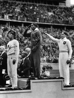 Jesse Owens restera sans doute l'une des figures les plus importantes de l'histoire des Jeux olympiques. En 1936, les Jeux sont organisés en pleine Allemagne nazie et Jesse Owens, un Afro-Américain, tient tête aux favoris du Führer (dont Luz Long, un grand blond aux yeux bleus) sur 100 m, 200 m, au relais 4 x 100 m et saut en longueur, où il rafle les médailles d'or. Le symbole est fort : en pleine Allemagne raciste, un noir tient tête à « la race supérieure »