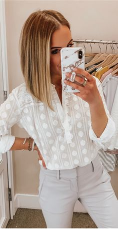Nice white shirt and light grey pants Loft Outfits, Stylish Work Outfits, Summer Work Outfits, Work Casual, Cute Outfits, Trajes Business Casual, Business Casual Outfits, Business Attire, Grey Pants Outfit