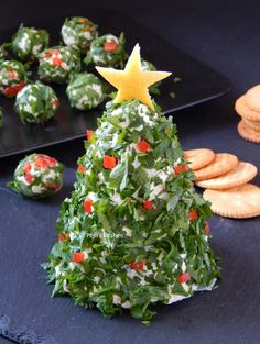 Pepi's kitchen in english: Christmas Tree Cheese Ball Greek Christmas, Christmas Cheese, Christmas Party Food, Xmas Food, Christmas Chocolate, Christmas Appetizers, Christmas Treats, English Christmas, Cheese Ball Recipes