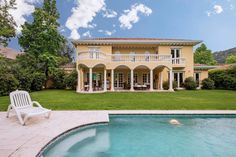 Beautiful and elegant Italian-style house, with fine finishes and noble materials, located in Santuario del Valle condominium, Los Trapenses neighborhood, close to the schools: Everest, Mount Tabor, Nazareth, Santiago College, Craighouse, among others. It has 4...