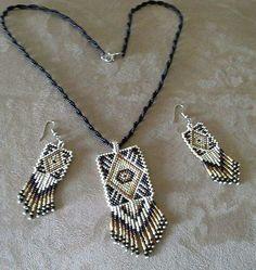 Otomatik alternatif metin yok. Bead Loom Patterns, Beaded Jewelry Patterns, Beading Patterns, Seed Bead Necklace, Beaded Earrings, Native American Earrings, Beaded Animals, Loom Beading, Bead Art