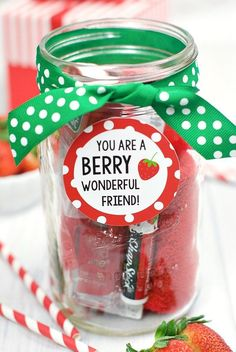 Have a BERRY Happy Birthday Gift Idea for Friends. This gift is so cute and easy. This is the perfect way to wish someone you love a happy birthday. Coworker Birthday Gifts, Creative Birthday Gifts, Happy Birthday Gifts, Birthday Presents, Creative Gifts, Birthday Ideas, Birthday Gift For Teacher, Diy Birthday Gifts For Friends, Birthday Souvenir