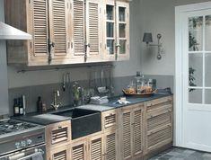portes-placard-en-bois-pour-la-cuisine-moderne-avec-sol-en-carrelage-bleu-vert
