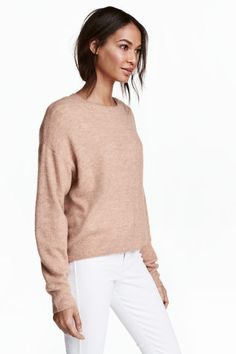 Oversized jumper: Oversized jumper in a soft, fine knit containing some wool with dropped shoulders and ribbing around the neckline, cuffs and hem. Slightly longer at the back.
