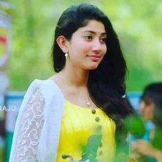 Beautiful Girl Indian, Beautiful Girl Image, Most Beautiful Indian Actress, Beautiful Actresses, Cute Beauty, Beauty Full Girl, Sai Pallavi Hd Images, Indian Heroine, Saree Photoshoot