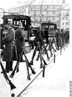 Januar 1933 Buelowplatz SA-Aufmarsch (Horst Wessel Feier)Ein riesiges Polizeiaufgebot gegenueber dem Liebknecht-Haus zum Schutz der faschistischen Provokation
