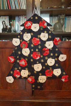 Coudre un calendrier de l'Avent (récapitulatif) avec le PDF - Cthéusine aime le DIY Voici, Advent Calendar, Holiday Decor, Fabric, Inspiration, Home Decor, Make A Timeline, Christmas Diy, Christmas Arts And Crafts