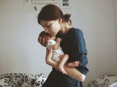 Take a look at these beautiful and inspiring motherhood photos. Foto Newborn, Newborn Photos, Children And Family, Family Love, Baby Pictures, Baby Photos, Newborn Photography, Family Photography, Foto Baby