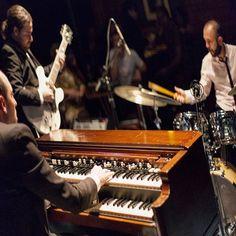 Hammond Grooves @ @bourbon_street dia 08/09 21:30h. #hammondgrooves #jazz #organtrio #hammond #hammondb3 #lesliespeaker #guitar #guitarra #drums #bateria #blues #jazzclub #souljazz #groove #funk #sonsdobrasil #jazztrio #jazzorgan #organjazz #organo #orgue #bourbonfestival #jazznights #acidjazz #drawbars #foto @guigosorbello