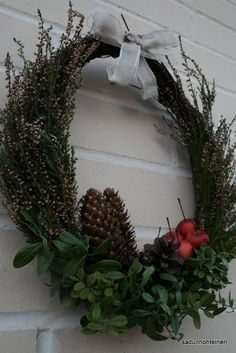 kranssi DIY Door Wreaths, Grapevine Wreath, Country Christmas, Holidays And Events, Natural Materials, Rustic Farmhouse, Garden Art, Christmas Wreaths, Joy