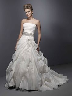 Fashionable strapless natural waist organza wedding dress