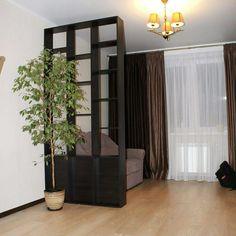 Еще одна наша зонирующая перегородка, которая отделяет в гостиной новостройки спальную зону. Вместо дивана, в последствии, появится кровать!))