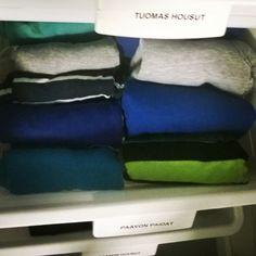 Iltapuhteena kaappien vuodenaikasiivous a la @konmari_method. #siivous #järjestely #organizing #cleaning #closet #kaappi