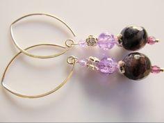 Oorbellen Druzy Purple amethist facet met een paarse crackle glaskraal, rooskraal en lichtpaars swarovski kristal kraaltje. met grote ronde oorhaak. geheel zilver. Amethist, Bangles, Bracelets, Swarovski, Jewelry, Fashion, Armband, Jewlery, Moda