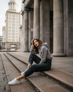Streetstyle by Masha Sedgwick Hoodie Outfit Casual, Mom Jeans Outfit, Casual Fall Outfits, Emo Outfits, Jeans Und Hoodie, Photography Poses, Fashion Photography, Berlin Mode, Urban Fashion