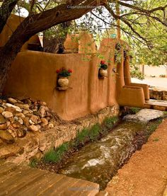 Gardens of Santa Fe Spanish Style Homes, Spanish Colonial, Exterior Design, Interior And Exterior, New Mexico Santa Fe, Santa Fe Home, New Mexico Style, Mud House, Santa Fe Style