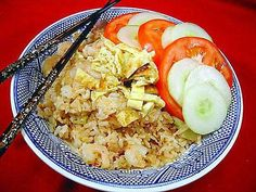 Indonesian Fried Rice - Nasi Goreng Very tasty! I ate way to much :) Entree Recipes, Rice Recipes, Healthy Recipes, Javanese Recipe, Indonesian Fried Rice Recipe, Making Fried Rice, Spicy Rice, Indonesian Cuisine, Nasi Goreng