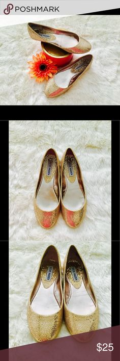 Steve Madden glittery gold flats like NEW! 7 This listing is for a pair of Steve Madden glittery gold flat like new size 7 excellent condition worn only one time inside of my house for Christmas dinner and that is it, these are in excellent condition and they are super gorgeous Steve Madden Shoes Flats & Loafers