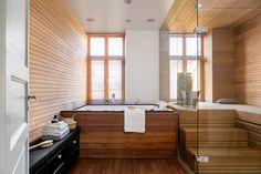 Kaupunkiasunnon ullakkohuoneisto on remontoitu tämän päivän vaatimusten mukaiseksi. Saunatiloihin ylellistä tunnelmaa tuo poreamme ja saunan tyylikkäät lasiseinät.