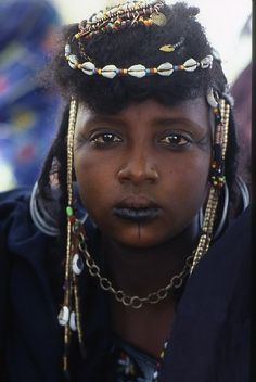 Jean-Marc Durou - Nigeria, Peule, or Fulani Bororo, with her diadem made of cowrie shells and beads.