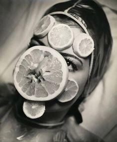 """""""Uma máscara de frutas em 1930. © Wikicommons"""" Fonte: http://obviousmag.org/"""