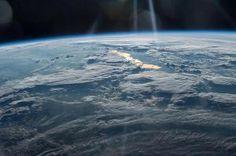 Toukokuun viimeisenä päivänä ISS-avaruusasemalta otettu kuva esittää näkymän Luoteis-Kiinan ja Itä-Kazakstanin ylle. Kultainen heijastus kuvan keskellä on Balkašjärvi, joka on Keski-Aasian toiseksi suurin järvi.