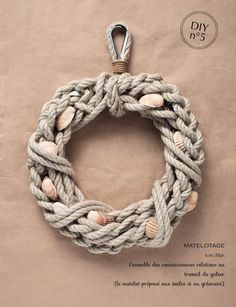 Simple but very nautical. Seaweed flowers for blooms??? DIY rope wreath // Couronne marine | Plumetis Magazine