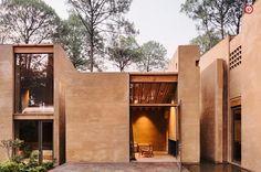 Taller Hector Barroso baut fünf identische Ferienhäuser aus lokalem Material