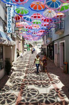 Um céu de chapéus-de-chuva faz Águeda brilhar no Verão @ http://fugas.publico.pt/323332