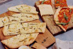 2 flinke pizza's: ideaal om met veel mensen van te eten. Eentje mét en eentje zonder tomatensaus. In al hun eenvoud overheerlijk! - Recept - Allerhande Low Fat Fryer, Pasta Recipes, Cooking Recipes, Sweet And Salty, Tapas, Nom Nom, Bbq, Good Food, Snacks