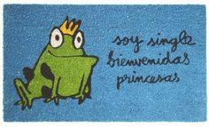 Felpudo Soy single bienvenidas princesas. Un felpudo original y muy colorido perfecto para regalar. Con diseño de Anna Llenas, y lo tenemos en Decocuit, regalos y decoración en Burgos y también en www.decocuit.com.