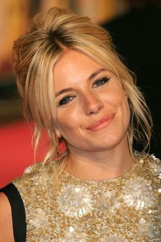 Always a trendsetter, Sienna Miller works a creative half-updo. Part your hair down the middle and leave the front section loose and wavy. Tease the hair at your crown, then make a ponytail at the nape of your neck. - Cosmopolitan.com (half bun com franja)