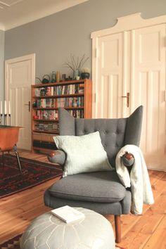 Die Kuschelecke: Wohlfühlort für Groß und Klein  #Wohnzimmer #Lesesessel #readingcorner #PapaBear #Pouf #Altbau #Himla #Kelim #Kuschelecke