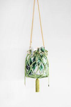 � Bolso de fiesta Daniela *TROPICANA* verde   Cordón de seda y tejido con estampado tropical   Diseño de Olvido Madrid Sling Bags, Diy Bags, Crochet Bags, Handmade Bags, Bucket Bag, Clutches, Projects To Try, Textiles, Handbags