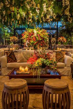 Como a noiva queria um ambiente que desse a sensação de estar em uma flores, Lais Aguiar criou uma decoração de casamento com muito verde e arranjos aéreos!