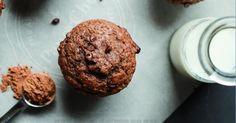 Cuisinez 12 magnifiques muffins aux bananes et chocolat ! Ingrédients 3 bananes 1/4 tasse de miel 1 cuillère à café d'extrait de vanille ⅓ tasse de yogourt grec 1/3 tasse d'huile de noix de coco1 oeuf 2 cuillères à soupe de cacao en poudre 1⅔ tasse de farine ½ cuillère à thé de sel 1 cuillère à thé Muffin Bread, Muffin Cups, Muffins Double Chocolat, Dinner Rolls, Sweet Bread, Healthy Desserts, Biscuits, Cake Recipes, Deserts