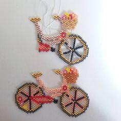 En haut la première version inachevée, en bas la deuxième. Je vais faire un article sur le blog à propos des perles à utiliser pour faire des augmentations comme celles du guidon. Et vous, que me conseillez vous pour une troisième version?  Roues évidées ou pas roues Évidées?  #perlesaddict #perlesaddictanonymes #jesuisunesquaw #tissage #tissageperles #miyuki #miyukibeads #motifcoeurcitron #velo #bike #bicycle #jenfiledesperlesetjassume #diy #handmade #brickstitch