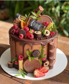Cake Decorating Frosting, Cake Decorating Videos, Chocolate Strawberry Cake, Torte Cake, Chocolates, Valentines Food, Little Cakes, Drip Cakes, Fancy Cakes