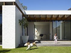 Has open plan living reached the peak of its popularity? Australian architecture firm Kennedy Nolan leads the way in creating a hybrid of domestically intimate spaces with the visual advantages of open plan living. Architecture Extension, Architecture Details, Australian Architecture, Residential Architecture, House Architecture, Futuristic Architecture, Die Hamptons, Kennedy Nolan, House Extensions