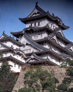 Himeji Castle  木造の建物を配し、石造の城壁と白色の土塀をめぐらせる日本の独特の城郭の様式は16世紀中頃に確立しました。姫路城はこの城郭建築の最盛期の遺産であり、17世紀初頭の日本の城郭を代表するものです。