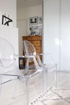 Homevialaura | livingroom | Kartell Louis Ghost | antique dresser | Ellos Tanger carpet