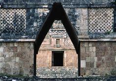 Los mayas utilizaron concreto en sus edificaciones  Esta civilización del mundo prehispánico desarrolló técnicas como el arco falso y concretos con una resistencia de 60kg/cm2.