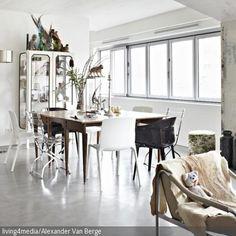 Um Shabby Chic eine moderne Note zu verpassen, reichen oftmals schlichte Möbel wie die Kunststoffstühle, die einen unkomplizierten Kontrast zum Sichtbeton…