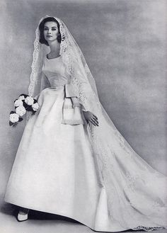 1960 Apparition de la robe empire ! Chapeau, voile bouffant et imposant, on voyait les choses en grand !