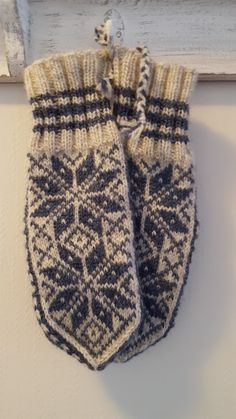 Maja strikker: Selbuvotter i restegarn - Lilly is Love Knitted Mittens Pattern, Knit Mittens, Knitting Socks, Knitting Patterns, Knit Socks, Chevron, Knit Crochet, Gloves, Crafts