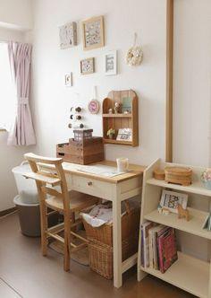 刺しゅう小物やカルトナージュの制作を手がける平泉千絵さんのアトリエは、こまごまとした作業に必要な材料や道具がコンパクトにまとめられています。/暮らし上手さんの飾り方・しまい方(「はんど&はあと」2012年9月号)