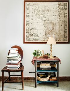 A stack of books and a map of the Americas in the 18th century in the entry. (Photo: Oberto Gili)
