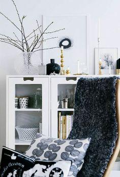 """Fin helhet och fina detaljer. Daggvasen är superfin med grenar i. Skåpen """"Snö"""" från Asplund är snygga och klassiska."""
