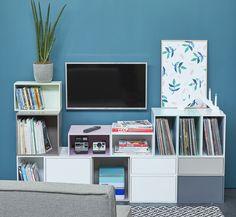 Meuble TV avec cubes pastel. Sofas, Tv Vintage, Vinyl Record Storage, Deco Originale, Bookcase, Shelves, Living Room, House, Furniture